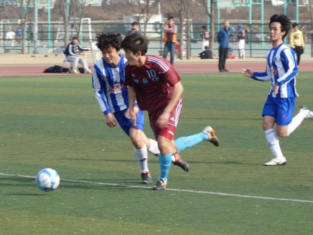 Yeungnam in blue, Kwangwoon in maroon.